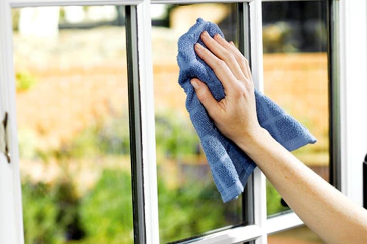 شستن و تمیز کردن شیشه